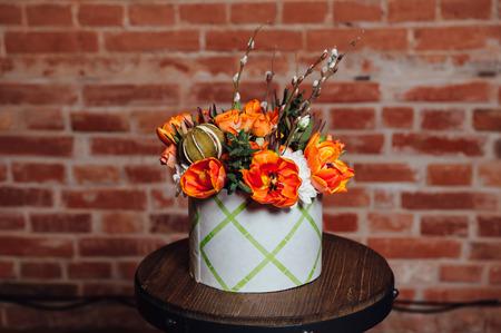 marguerite: panier de fleurs de printemps sur une chaise en bois. fait main. Banque d'images