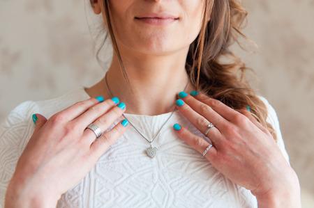 the bride wears a necklace around his neck. Standard-Bild