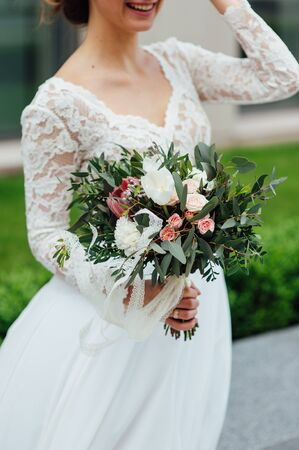 mooi boeket in handen van de bruid is zeer stijlvol met licht haar Stockfoto
