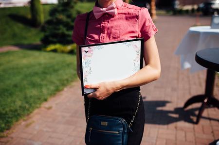 caucasica donna d'affari tenendo in tablet mani alla cerimonia di nozze