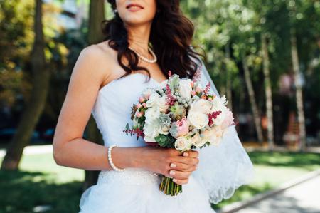schönen Blumenstrauß in den Händen der Braut ist sehr stilvoll mit hellen Haaren