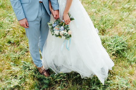 bride in a dress holding a wedding bouquet Imagens