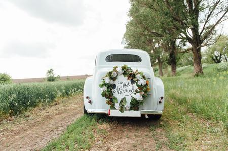 Hermoso coche de boda con placa RECIÉN CASADO