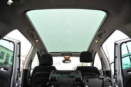 Panoramic sun roof at the big family car Imagens
