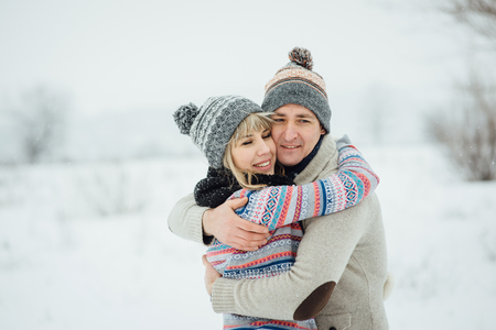 Happy Young Couple in Winter Park having fun.Family Outdoors. love Standard-Bild - 116294060