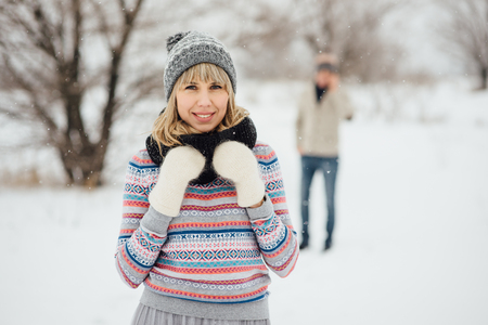 Happy Young Couple in Winter Park having fun.Family Outdoors. love Standard-Bild - 116294070