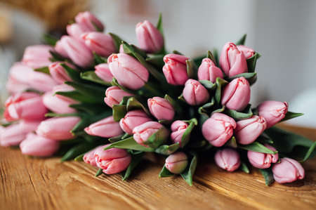 bouquet of tulips on wood table. Border design Standard-Bild