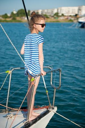 82661766 - Niño de moda a bordo de barco de lujo en crucero de mar de  verano 5f2af24757b