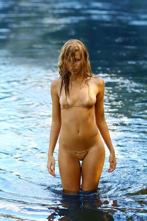nue plage: Femme étonnante humide en bikini