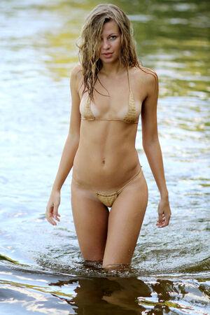 nue plage: Attractive fille sexy en bikini