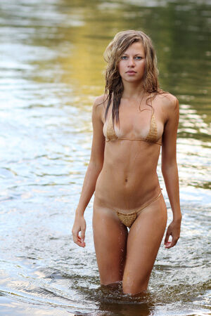 nue plage: Belle femme sexy en bikini dans la mer