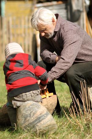 jugando ajedrez: Abuelo y nieto jugando al ajedrez Foto de archivo