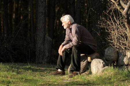vejez feliz: Retrato de un hombre de pelo gris viejo y sabio Foto de archivo