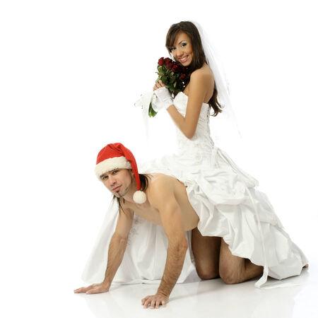 hombre desnudo: Chica novia con un vestido blanco va en hombre desnudo