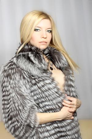 manteau de fourrure: El�gant jolie fille dans un manteau de fourrure Banque d'images