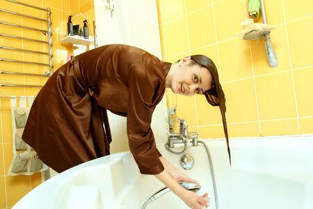 Mädchen in einem Bademantel Waschkopf