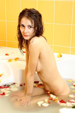 sauna nackt: Portrait der sch�nen nackten gew�hnliches M�dchen in der Badewanne
