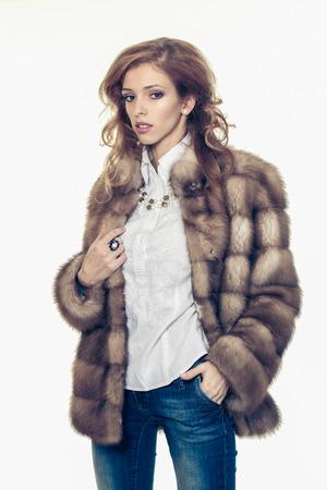 chaqueta: hermosa chica en un abrigo de piel. Mujer hermosa del invierno