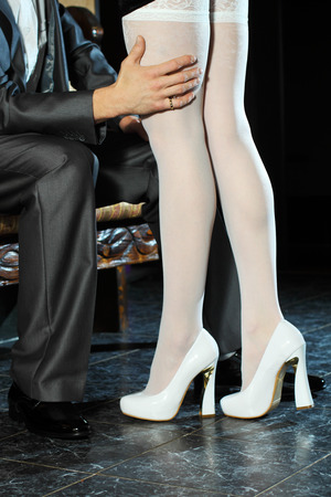 prostituta: Chica en medias blancas seduce a hombre en el interior Foto de archivo