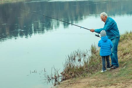 pesca: Abuelo y nieto son la pesca Foto de archivo