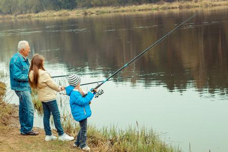 abuelos: Abuelo y nietos son la pesca Foto de archivo
