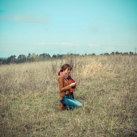 orando: Hermosa niña rezando al aire libre