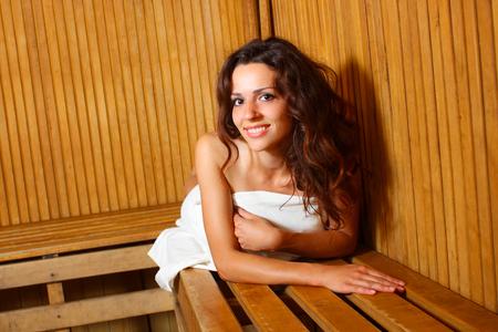 sauna nackt: Junge Frau, die Entspannung in der Sauna. Wundersch�ne M�dchen sitzen in der Sauna Lizenzfreie Bilder