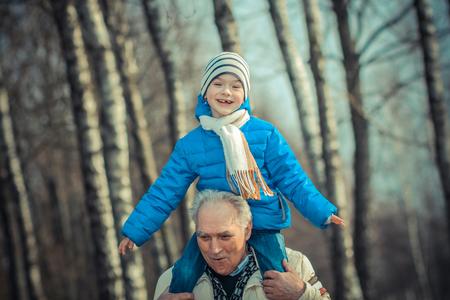 abuelo: El abuelo lleva de abuelo en sus hombros