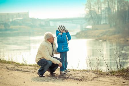 abuelo: El abuelo y el nieto se fotografían en una cámara de la vendimia Foto de archivo