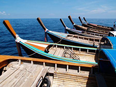 koh: Barcos de taxi a la espera de los turistas de translaci�n a Koh se