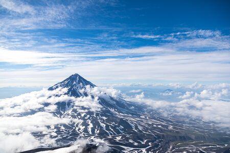 Koryaksky Vulkan, Halbinsel Kamtschatka, Russland. Ein aktiver Vulkan 35 km nördlich der Stadt Petropawlowsk-Kamtschatski. Die absolute Höhe beträgt 3430 Meter über dem Meeresspiegel.