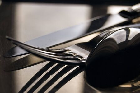 cuchara y tenedor: close-up de plata cuchara, tenedor y cuchillo en virtud de una tarde de luz