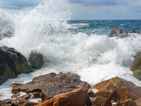 storm tide: Sea ??waves breaking on the rocks