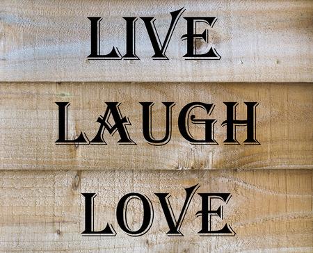 riendo: Vivir reír cita del amor en fondo de madera Foto de archivo