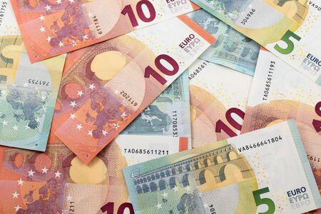 billets euros: 5 et 10 euro-billets � fond