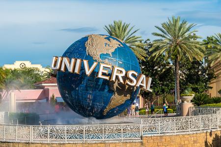 ORLANDO, EE.UU. - 27 de agosto, 2015: Universal Studios globo situado en la entrada al parque temático. Universal Studios Orlando es un complejo de parque temático en Orlando, Florida, EE.UU. Editorial
