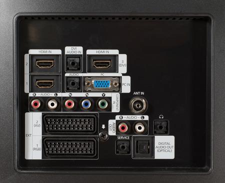 vga: Varias conexiones de televisión en un televisor, incluyen HDMI, VGA, audio y euroconector