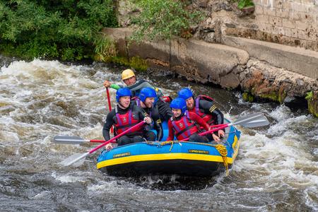 LLANGOLLEN WALES Verenigd Koninkrijk - 27 augustus 2018: wildwatervaren door stroomversnellingen op de rivier de Dee