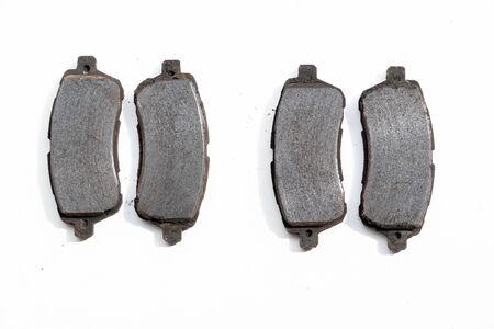 Vecchie pastiglie dei freni arrugginite consumate rimosse da un'auto
