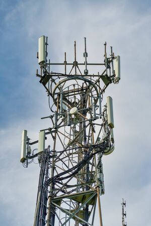 Directional mobile phone antenna aerials at the top of a mast Standard-Bild