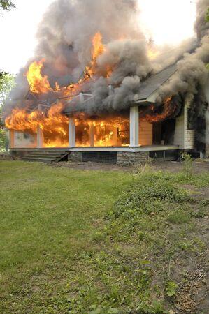 Brandweer huis slopen brandend voor brandbestrijding training Stockfoto