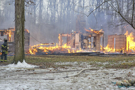 incendio casa: Controlado incendio dom�stico
