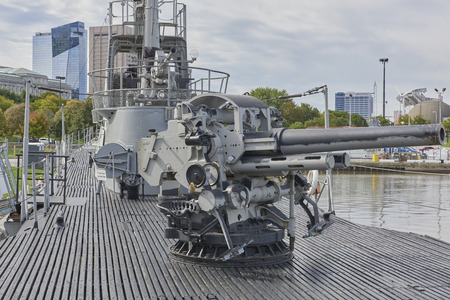 World War II Submarine U.S.S. Cod Memorial docked at North Coast Harbor Cleveland, Ohio USA (5 inch deck gun) Foto de archivo - 114942705