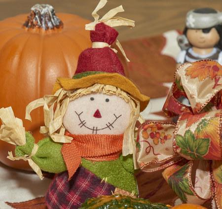 Pantalla de Halloween con calabazas, espantapájaros, calabazas, cintas y canasta de mimbre de calabaza