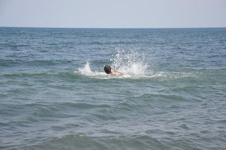 to drown: El hombre que se ahoga en el mar Foto de archivo