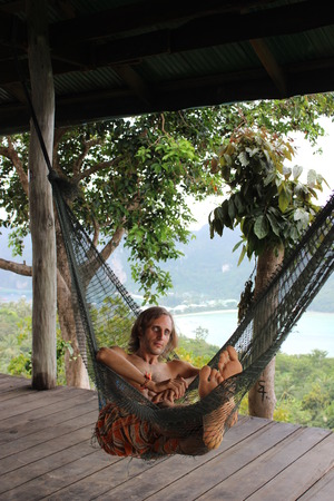 thialand: relexing young man in hammock, Ko Phi Phi Don Iceland, Thialand Stock Photo