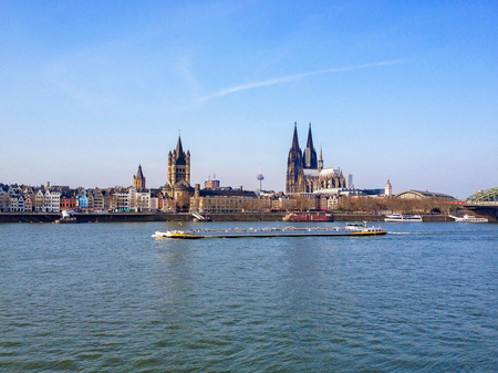 dom: Cologne, Allemagne - 10 août 2016: Églises. L'église St Martin et la grande cathédrale de Cologne se tiennent côte à côte dans l'horizon de Cologne.