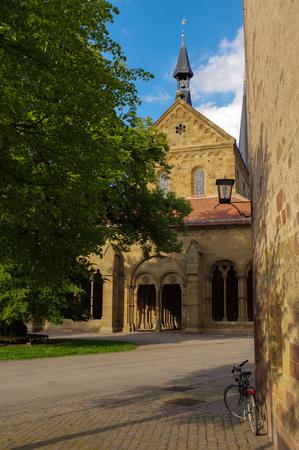 Maulbronn, Alemania - el AMI 17, 2015: hilera de casas de estilo Tudor en el patio del monasterio de Maulbronn. Monasterio cisterciense de Maulbronn es parte del patrimonio de la humanidad.