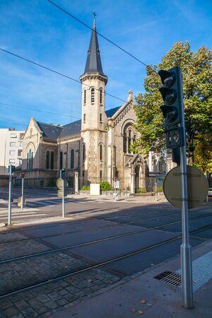 semaforo peatonal: cruce europeo con el tranv�a