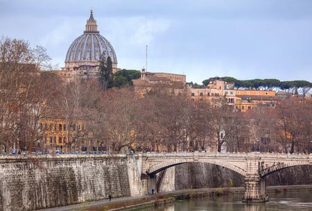 Cupola di San Pietro e fiume Tevere a Roma
